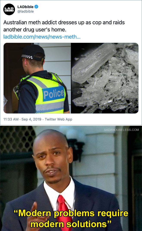 El drogadicto australiano se disfraza de policía y asalta la casa de otro drogadicto.