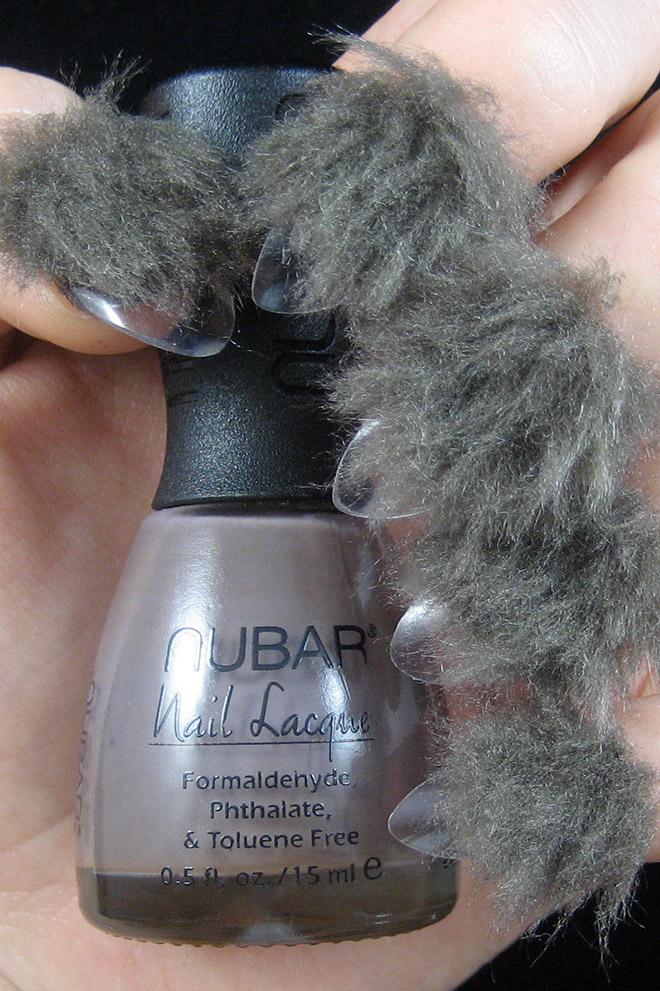 Uñas peludas: tendencia de belleza incómoda.